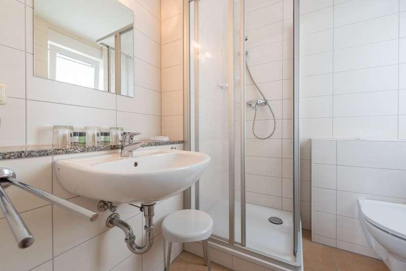 bad mit dusche und wc f n bildergalerie ferienhaus binz ostseebad ferienwohnung 1 r gen insel. Black Bedroom Furniture Sets. Home Design Ideas