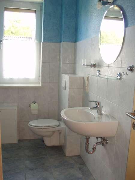 Badezimmer dusche mit schrage raum und m beldesign for Dusche bildergalerie