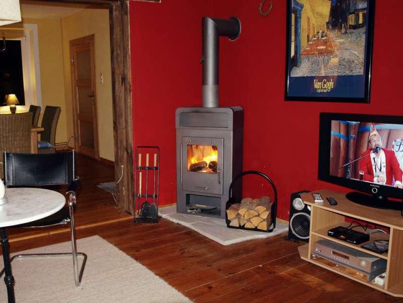 wohnzimmer mit kaminofen bildergalerie fewo im landhaus kranichwiese mecklenburgische seenplatte. Black Bedroom Furniture Sets. Home Design Ideas