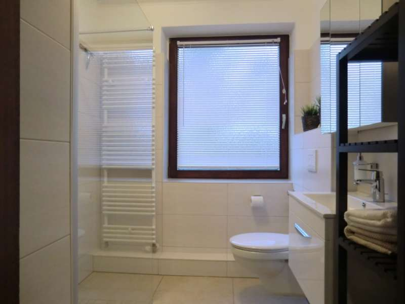 bad mit ebenerdiger dusche bildergalerie ostsee ferienwohnung mit sonne u meer schwedeneck. Black Bedroom Furniture Sets. Home Design Ideas