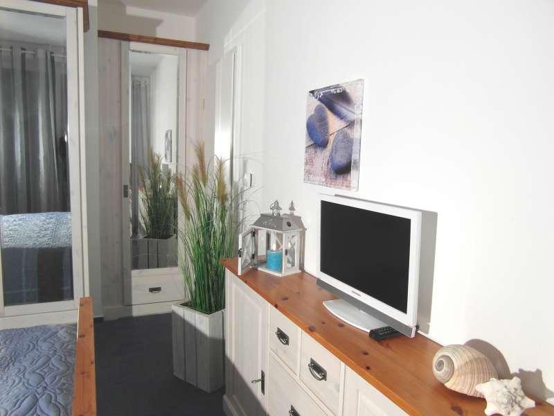 Blick ins Schlafzimmer mit TV - Bildergalerie: Ferienwohnung direkt am ...
