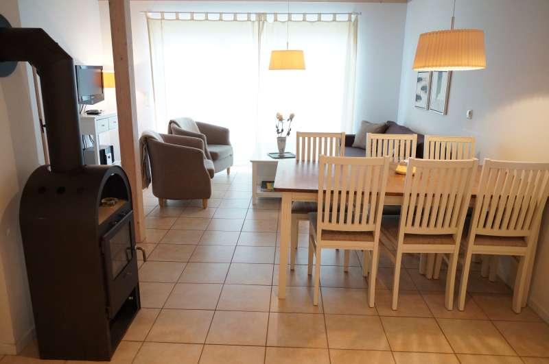 essplatz z wohnraum mit kamin bildergalerie ostsee ferienhaus am meer von sierksdorf l becker. Black Bedroom Furniture Sets. Home Design Ideas