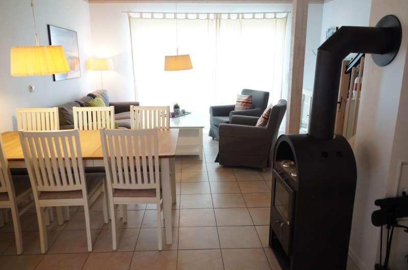 essplatz z wohnraum mit kamin bildergalerie ostsee ferienhaus am meer von sierksdorf 6 g ste. Black Bedroom Furniture Sets. Home Design Ideas