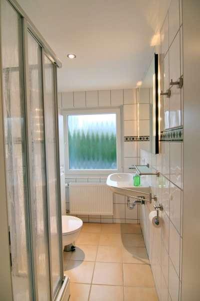 badezimmer dusche mit schrage raum und m beldesign inspiration. Black Bedroom Furniture Sets. Home Design Ideas