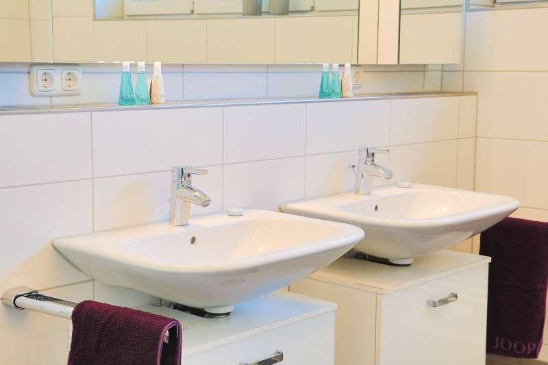 Badezimmer mit Eckbadewanne - Bildergalerie: Ferienhaus ...