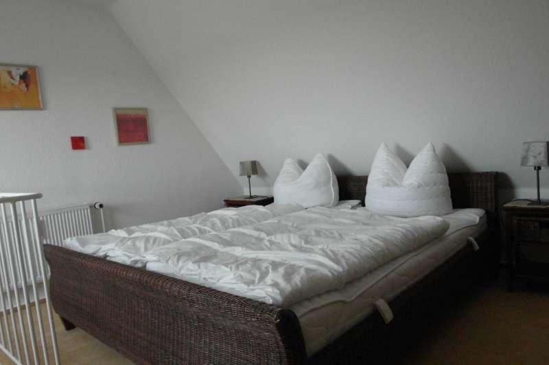 das schlafzimmer bildergalerie ferienwohnungen ostsee gl cksburg w2 holnis strand schleswig. Black Bedroom Furniture Sets. Home Design Ideas