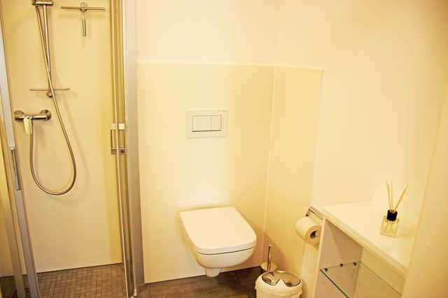 Gästebad mit Dusche - Bildergalerie: Weiße moderne Villa in Binz Whg ...