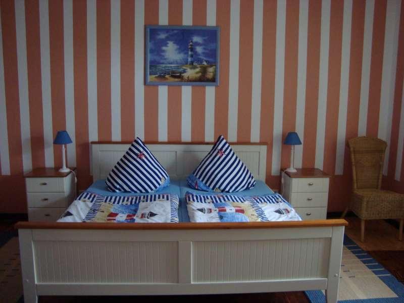 schlafzimmer mit gro em bett bildergalerie gem tliche ferienwohnungen r gen ostsee fewo 65m. Black Bedroom Furniture Sets. Home Design Ideas