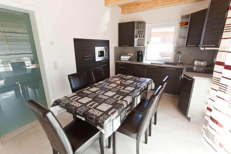 die k che mit essbereich bildergalerie ostsee ferienhaus mit sauna in bodstedt. Black Bedroom Furniture Sets. Home Design Ideas