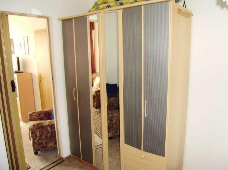 kleiderschrank im schlafzimmer bildergalerie preiswerte ferienwohnungen ostseebad boltenhagen. Black Bedroom Furniture Sets. Home Design Ideas