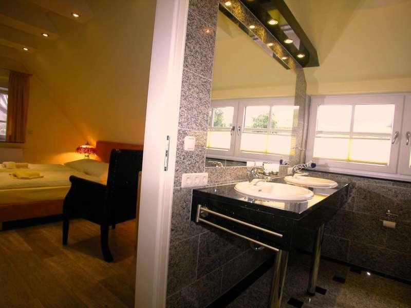 badezimmer en suite bildergalerie ostsee ferienhaus in gager r gen ferienunterkunft r gen insel. Black Bedroom Furniture Sets. Home Design Ideas